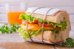 Σάντουιτς με τη σαλάτα φύλλων και ντομάτες στο ξύλινο baskgraund Εκλεκτική εστίαση Στοκ Φωτογραφία