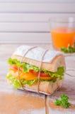 Σάντουιτς με τη σαλάτα φύλλων και ντομάτες στο ξύλινο baskgraund Εκλεκτική εστίαση Στοκ φωτογραφίες με δικαίωμα ελεύθερης χρήσης