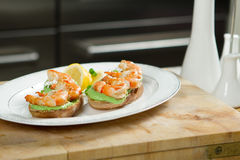 Σάντουιτς με τις γαρίδες και λεμόνι στον ξύλινο πίνακα Στοκ Εικόνες