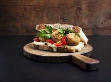 Σάντουιτς με τις σφαίρες arancini risotto Στοκ εικόνες με δικαίωμα ελεύθερης χρήσης