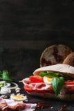Σάντουιτς με τις τηγανισμένες πατάτες Στοκ Εικόνες
