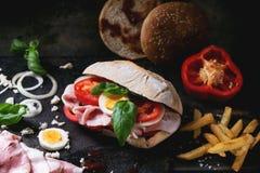 Σάντουιτς με τις τηγανισμένες πατάτες Στοκ φωτογραφίες με δικαίωμα ελεύθερης χρήσης