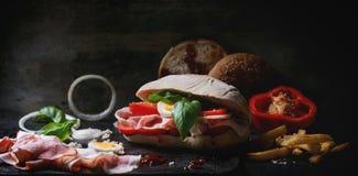 Σάντουιτς με τις τηγανισμένες πατάτες Στοκ Εικόνα