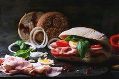 Σάντουιτς με τις τηγανισμένες πατάτες Στοκ εικόνα με δικαίωμα ελεύθερης χρήσης