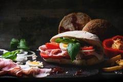 Σάντουιτς με τις τηγανισμένες πατάτες Στοκ Φωτογραφία