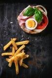 Σάντουιτς με τις τηγανισμένες πατάτες Στοκ εικόνες με δικαίωμα ελεύθερης χρήσης