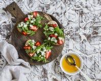 Σάντουιτς με τις φράουλες, το arugula και το μπλε τυρί Εύγευστο πρόχειρο φαγητό, πρόγευμα ή ένα πρόχειρο φαγητό με το κρασί Στοκ Φωτογραφίες