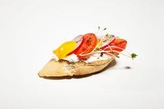 Σάντουιτς με το άσπρους τυρί, το πιπέρι, το ραδίκι και τους νεαρούς βλαστούς στο wh Στοκ φωτογραφία με δικαίωμα ελεύθερης χρήσης