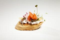 Σάντουιτς με το άσπρους τυρί, το σολομό, το ραδίκι και τους νεαρούς βλαστούς σε GR Στοκ Φωτογραφίες