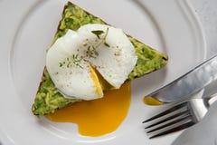 Σάντουιτς με το αβοκάντο και το λαθραίο αυγό πρόγευμα υγιές Στοκ εικόνες με δικαίωμα ελεύθερης χρήσης