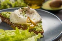 Σάντουιτς με το αβοκάντο και το λαθραίο αυγό πρόγευμα υγιές Στοκ Φωτογραφία