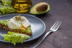 Σάντουιτς με το αβοκάντο και το λαθραίο αυγό πρόγευμα υγιές Στοκ εικόνα με δικαίωμα ελεύθερης χρήσης