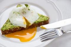 Σάντουιτς με το αβοκάντο και το λαθραίο αυγό πρόγευμα υγιές Στοκ Εικόνα