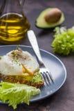 Σάντουιτς με το αβοκάντο και το λαθραίο αυγό πρόγευμα υγιές Στοκ φωτογραφία με δικαίωμα ελεύθερης χρήσης