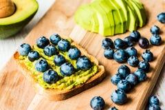 Σάντουιτς με το αβοκάντο και το βακκίνιο υγιής χορτοφάγος τροφίμων Στοκ φωτογραφία με δικαίωμα ελεύθερης χρήσης