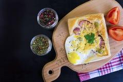 Σάντουιτς με το αυγό, το ζαμπόν και το τυρί στοκ φωτογραφία με δικαίωμα ελεύθερης χρήσης