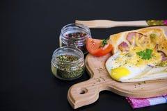 Σάντουιτς με το αυγό, το ζαμπόν και το τυρί στοκ φωτογραφία