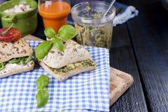 Σάντουιτς με το βασιλικό και το τυρί Ψωμί με τα δημητριακά Ένα ποτήρι του χυμού καρότων πρόγευμα υγιές Στοκ φωτογραφία με δικαίωμα ελεύθερης χρήσης