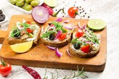 Σάντουιτς με το εύγευστο γεύμα ψάρι-ρεγγών Στοκ Φωτογραφία