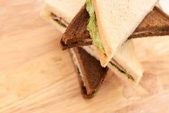 Σάντουιτς με το ζαμπόν Άσπρο και μαύρο ψωμί πράσινη σαλάτα Στοκ Εικόνες