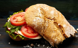 Σάντουιτς με το ζαμπόν και τα λαχανικά στοκ εικόνα
