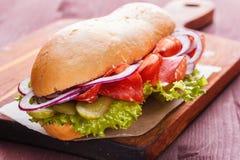 Σάντουιτς με το ζαμπόν, το κρεμμύδι, το μαρούλι και τα τουρσιά Στοκ εικόνες με δικαίωμα ελεύθερης χρήσης