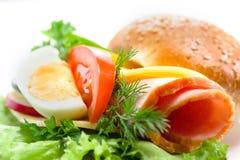 Σάντουιτς με το ζαμπόν, το τυρί, τα λαχανικά και το αυγό στοκ εικόνα με δικαίωμα ελεύθερης χρήσης