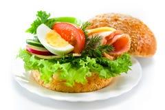 Σάντουιτς με το ζαμπόν, το τυρί, τα φρέσκα λαχανικά και το αυγό στοκ εικόνες