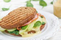 Σάντουιτς με το ζαμπόν, brie το τυρί ή Camembert, το σπανάκι, τη Apple και τη μουστάρδα Στοκ Εικόνες