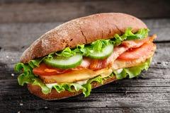 Σάντουιτς με το κοτόπουλο, το τυρί μπέϊκον και τα λαχανικά Στοκ φωτογραφίες με δικαίωμα ελεύθερης χρήσης