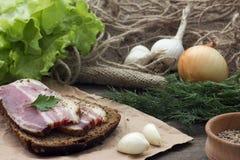 Σάντουιτς με το μπέϊκον και τα πράσινα Στοκ φωτογραφία με δικαίωμα ελεύθερης χρήσης
