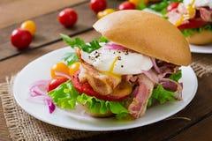 Σάντουιτς με το μπέϊκον και το λαθραίο αυγό Στοκ εικόνες με δικαίωμα ελεύθερης χρήσης