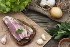 Σάντουιτς με το μπέϊκον, το σκόρδο και τα κρεμμύδια Στοκ Εικόνες
