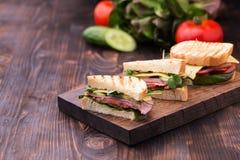 Σάντουιτς με το μπέϊκον, το τυρί, τα πράσινα και τους νεαρούς βλαστούς μπιζελιών Στοκ Εικόνες