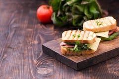 Σάντουιτς με το μπέϊκον, το τυρί, τα πράσινα και τους νεαρούς βλαστούς μπιζελιών Στοκ φωτογραφίες με δικαίωμα ελεύθερης χρήσης