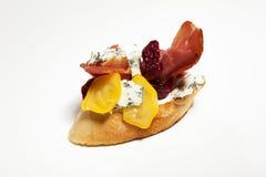 Σάντουιτς με το μπλε τυρί, ζαμπόν της Πάρμας, ντομάτα στο άσπρο backgr Στοκ Εικόνες