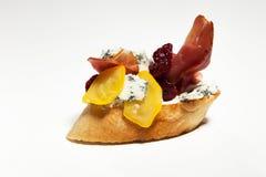 Σάντουιτς με το μπλε τυρί, ζαμπόν της Πάρμας, ντομάτα στο άσπρο backgr Στοκ Φωτογραφία