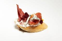Σάντουιτς με το μπλε τυρί, ζαμπόν της Πάρμας, ντομάτα στο άσπρο backgr Στοκ φωτογραφία με δικαίωμα ελεύθερης χρήσης