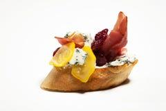 Σάντουιτς με το μπλε τυρί, ζαμπόν της Πάρμας, ντομάτα στο άσπρο backgr Στοκ φωτογραφίες με δικαίωμα ελεύθερης χρήσης