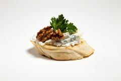 Σάντουιτς με το μπλε τυρί, το ξύλο καρυδιάς και το μαϊντανό στο άσπρο backg Στοκ Φωτογραφία
