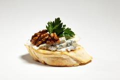 Σάντουιτς με το μπλε τυρί, το ξύλο καρυδιάς και το μαϊντανό στο γκρίζο υπόβαθρο Στοκ Εικόνες