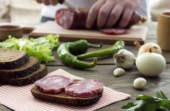 Σάντουιτς με το λουκάνικο, κρεμμύδι, σκόρδο, πιπέρι Στοκ Φωτογραφίες