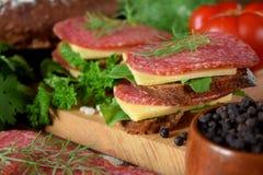 Σάντουιτς με το σαλάμι, το τυρί και το arugula Στοκ Εικόνες