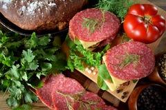 Σάντουιτς με το σαλάμι, το τυρί και το arugula Στοκ φωτογραφία με δικαίωμα ελεύθερης χρήσης