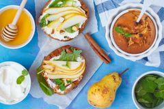 Σάντουιτς με το τυρί εξοχικών σπιτιών, το μέλι, το αχλάδι, τα καρύδια και τη σοκολάτα στοκ φωτογραφία με δικαίωμα ελεύθερης χρήσης