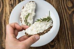 Σάντουιτς με το τυρί κρέμας στο άσπρο πιάτο στοκ εικόνες με δικαίωμα ελεύθερης χρήσης
