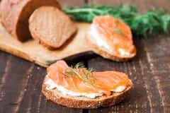 Σάντουιτς με το τυρί σολομών και κρέμας Στοκ εικόνες με δικαίωμα ελεύθερης χρήσης