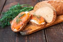 Σάντουιτς με το τυρί σολομών και κρέμας Στοκ Εικόνες