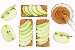 Σάντουιτς με το φυστικοβούτυρο και ένα μήλο στην επιτραπέζια κινηματογράφηση σε πρώτο πλάνο Στοκ Φωτογραφίες