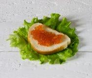 Σάντουιτς με το χαβιάρι και τη σαλάτα στοκ εικόνες